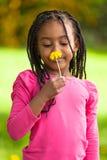 Openluchtportret van een leuk jong zwart meisje - Afrikaanse mensen Stock Foto's