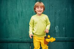 Openluchtportret van een leuke kleine jongen royalty-vrije stock afbeeldingen