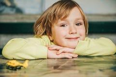 Openluchtportret van een leuke kleine jongen royalty-vrije stock afbeelding