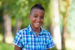 Openluchtportret van een leuke tiener zwarte jongen - Afrikaanse mensen Stock Afbeelding
