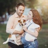 Openluchtportret van gelukkige familie stock afbeeldingen