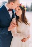 Openluchtportret van het gelukkige sensuele huwelijkspaar omhelzen Knappe bruidegom die zijn vrij nieuwe vrouw en kussen binnen h royalty-vrije stock foto