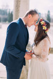 Openluchtportret van het gelukkige sensuele huwelijkspaar omhelzen Mooie jonge bruid die met knappe bruidegom gaan kussen royalty-vrije stock foto's