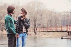 openluchtportret van jong gelukkig houdend van paar die in de vroege lente lopen Royalty-vrije Stock Foto's