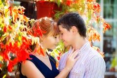 Openluchtportret van jong sensueel paar Liefde en kus De zomer royalty-vrije stock foto's