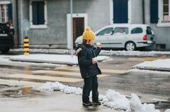 Openluchtportret van jonge 6 éénjarigenjongen die warm jasje dragen Royalty-vrije Stock Afbeelding