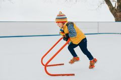Openluchtportret van jonge 6 éénjarigenjongen die warm jasje dragen Stock Foto