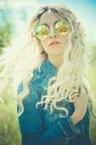 Openluchtportret van jonge hippievrouw stock foto