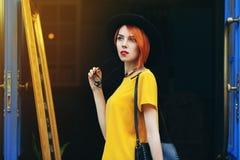 Openluchtportret van jonge mooie nadenkende dame die op de straat lopen Model dragende modieuze de zomerkleren Meisje royalty-vrije stock fotografie