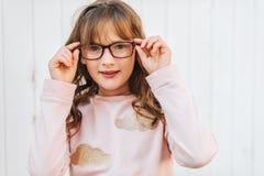 Openluchtportret van leuk weinig 9 éénjarigenmeisje Stock Foto's