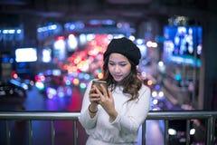 Openluchtportret van mooie jonge Aziatische vrouw royalty-vrije stock foto