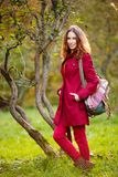 Openluchtportret van mooie roodharigevrouw Royalty-vrije Stock Afbeeldingen