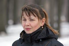 Openluchtportret van nadenkende aantrekkelijke vrouw Stock Foto