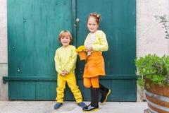 Openluchtportret van twee aanbiddelijke jonge geitjes Royalty-vrije Stock Fotografie