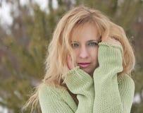 Openluchtportret van vrij jonge vrouw in de winter Royalty-vrije Stock Foto's