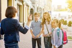 Openluchtportretgroep studenten met leraar royalty-vrije stock fotografie