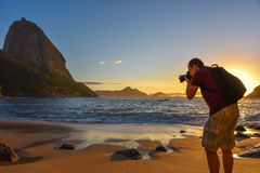 Openluchtreisfotograaf aan werk, die beelden van de Sugarloaf-berg het nemen bij de zonsopgang op de kust van de Atlantische Ocea Royalty-vrije Stock Foto