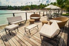 Openluchtrestaurant bij het strand. Koffie op het strand, de oceaan en de hemel. Lijst die bij tropisch strandrestaurant plaatsen. Royalty-vrije Stock Foto's