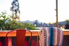 Openluchtrestaurantstoelen stock afbeelding