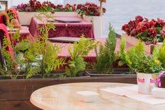 Openluchtrestaurantterras die op klanten wachten Royalty-vrije Stock Afbeeldingen