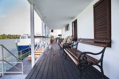 Openluchtrivierrestaurant op boot Mooi terras Stock Afbeelding