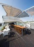 Openluchtrivierrestaurant op boot Mooi terras Royalty-vrije Stock Foto's