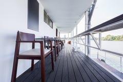 Openluchtrivierrestaurant op boot Mooi terras Stock Foto's