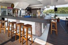 Openluchtrivierrestaurant op boot Mooi terras Stock Foto