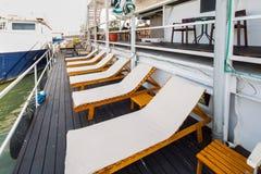 Openluchtrivierrestaurant op boot Mooi terras Royalty-vrije Stock Afbeeldingen