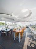 Openluchtrivierrestaurant op boot Mooi terras Stock Afbeeldingen
