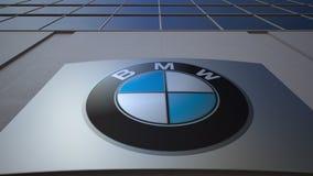 Openluchtsignage raad met BMW-embleem De moderne bureaubouw Het redactie 3D teruggeven Stock Afbeelding