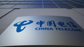 Openluchtsignage raad met China Telecom-embleem De moderne bureaubouw Het redactie 3D teruggeven Stock Afbeeldingen