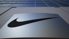 Openluchtsignage raad met de inschrijving en het embleem van Nike De moderne bureaubouw Het redactie 3D teruggeven Royalty-vrije Stock Afbeelding