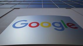 Openluchtsignage raad met Google-embleem De moderne bureaubouw Het redactie 3D teruggeven Stock Afbeeldingen