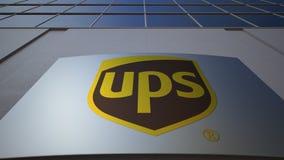 Openluchtsignage raad met het embleem van United Parcel Service UPS De moderne bureaubouw Het redactie 3D teruggeven Royalty-vrije Stock Afbeeldingen