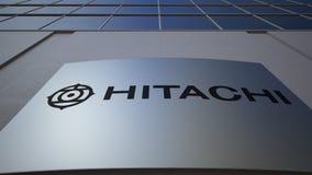 Openluchtsignage raad met Hitachi-embleem De moderne bureaubouw Het redactie 3D teruggeven Royalty-vrije Stock Foto