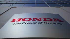 Openluchtsignage raad met Honda-embleem De moderne bureaubouw Het redactie 3D teruggeven Stock Foto