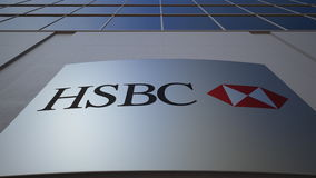 Openluchtsignage raad met HSBC-embleem De moderne bureaubouw Het redactie 3D teruggeven Stock Fotografie