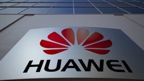 Openluchtsignage raad met Huawei-embleem De moderne bureaubouw Het redactie 3D teruggeven Stock Foto