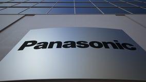 Openluchtsignage raad met Panasonic-Bedrijfsembleem De moderne bureaubouw Het redactie 3D teruggeven Stock Fotografie