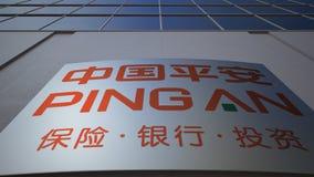 Openluchtsignage raad met Ping An-embleem Vage bureaucentrum en het lopen mensenachtergrond Het redactie 3D teruggeven Royalty-vrije Stock Fotografie