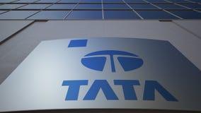 Openluchtsignage raad met Tata Group-embleem De moderne bureaubouw Het redactie 3D teruggeven Stock Afbeeldingen