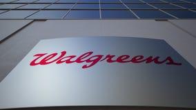 Openluchtsignage raad met Walgreens-embleem De moderne bureaubouw Het redactie 3D teruggeven Royalty-vrije Stock Foto's