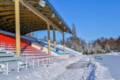 Openluchtsportenstadion in de sneeuw een duidelijke de winterdag zonder mensen Stock Afbeeldingen