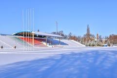 Openluchtsportenstadion in de sneeuw een duidelijke de winterdag zonder mensen Royalty-vrije Stock Fotografie