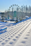 Openluchtsportenstadion in de sneeuw een duidelijke de winterdag zonder mensen Stock Foto