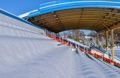 Openluchtsportenstadion in de sneeuw een duidelijke de winterdag zonder mensen Royalty-vrije Stock Foto