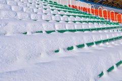Openluchtsportenstadion in de sneeuw een duidelijke de winterdag zonder mensen Royalty-vrije Stock Foto's