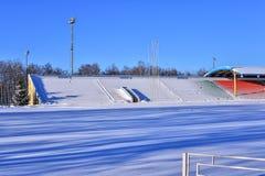 Openluchtsportenstadion in de sneeuw een duidelijke de winterdag zonder mensen Royalty-vrije Stock Afbeelding