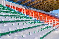 Openluchtsportenstadion in de sneeuw op een duidelijke de winterdag Royalty-vrije Stock Afbeelding